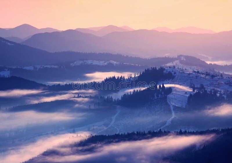 Lever de soleil de l'hiver en montagnes image libre de droits