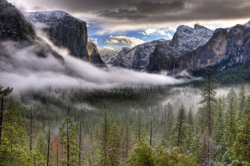 Lever de soleil de l'hiver sur la vallée de Yosemite image stock