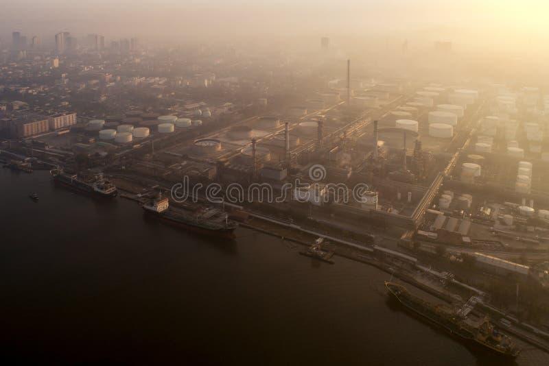 Lever de soleil de matin au-dessus d'usine de raffinerie de produit chimique et de pétrole de petro image libre de droits