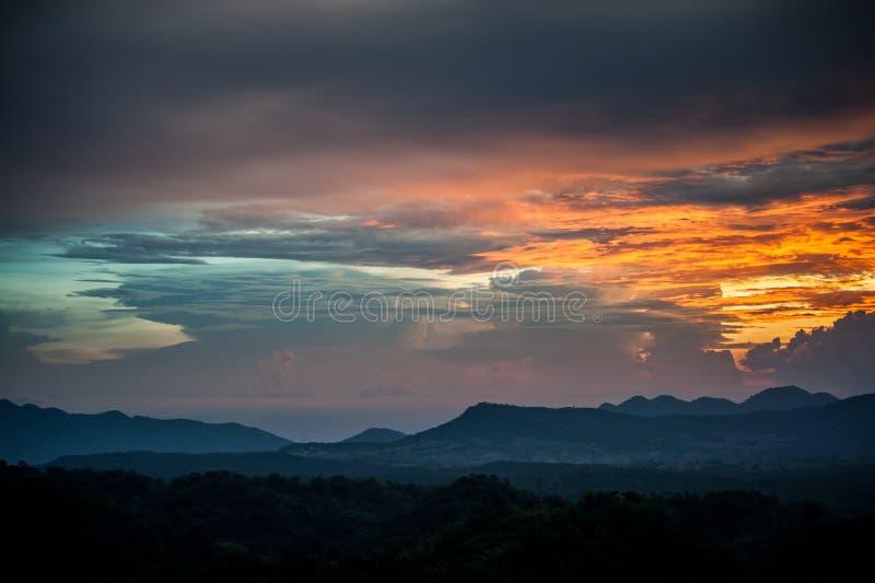 Lever de soleil de matin au-dessus des montagnes silhouettées images libres de droits