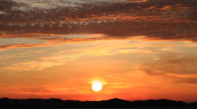 Download Lever De Soleil De Matin Sur Le Ciel Avec Le Clound Image stock - Image du continu, nuit: 45357747