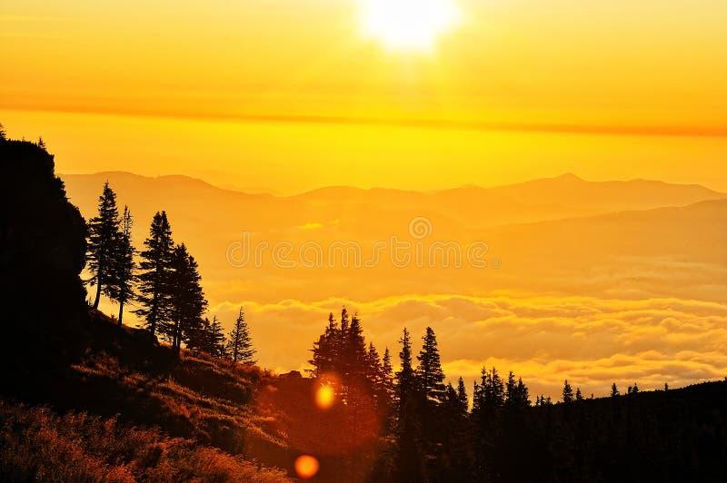 lever de soleil de montagne d'horizontal image stock