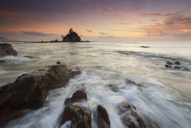 Lever de soleil de plage de Kemasik beau photographie stock