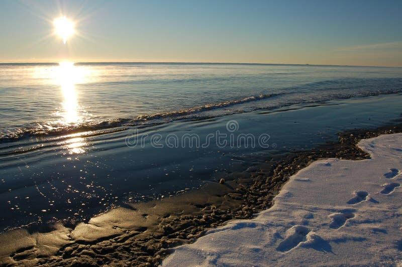 Lever de soleil de plage de l'hiver image stock