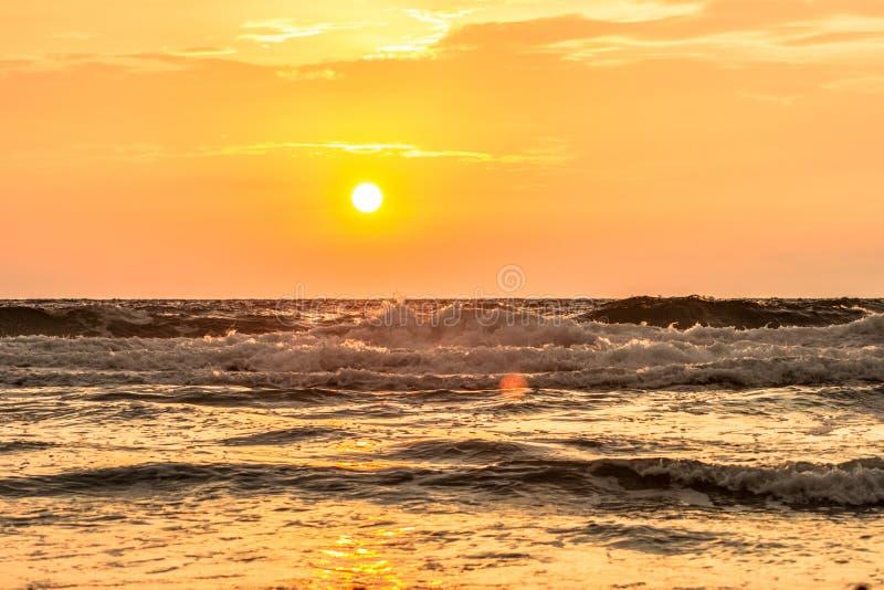 Lever de soleil de plage de paradis photographie stock libre de droits