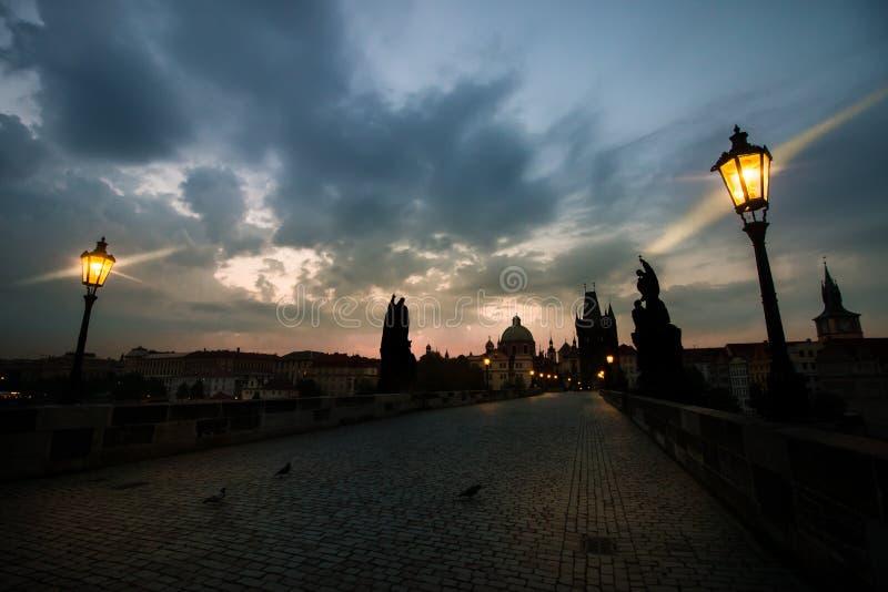 Lever de soleil de pont de Charles, Prague image libre de droits