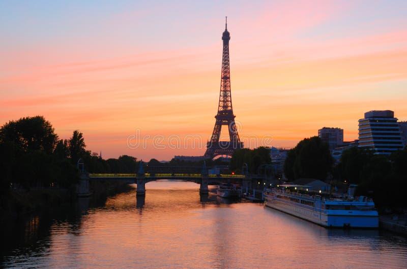 Lever de soleil de Tour Eiffel, Paris images libres de droits