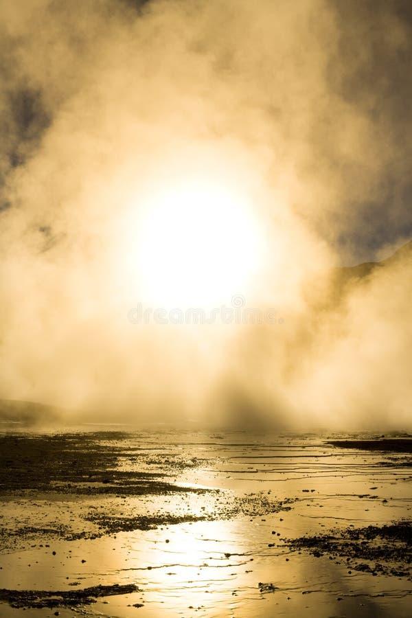 Lever de soleil derrière des fumerolles, à une altitude de 4300m au-dessus du niveau de la mer, geysers d'EL Tatio, désert d'Atac photo stock