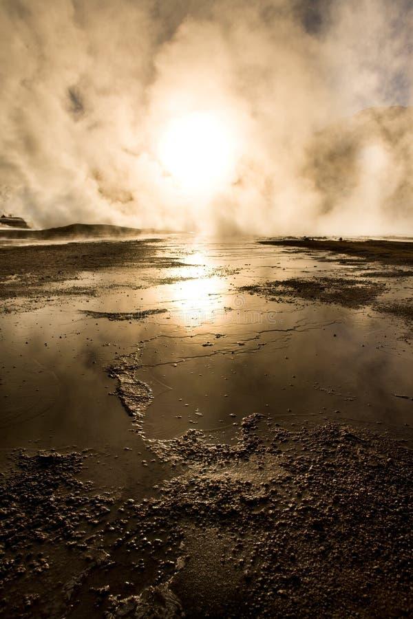 Lever de soleil derrière des fumerolles, à une altitude de 4300m au-dessus du niveau de la mer, geysers d'EL Tatio photographie stock libre de droits