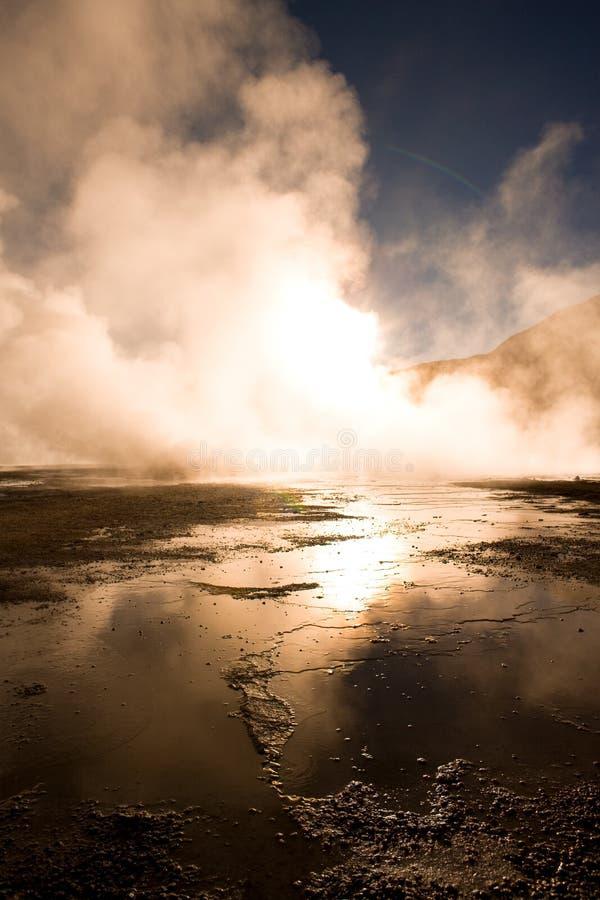 Lever de soleil derrière des fumerolles à une altitude de 4300m, en geysers d'EL Tatio au désert d'Atacama au Chili photographie stock