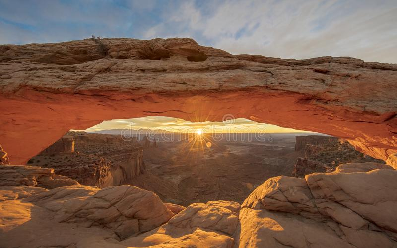 Lever de soleil derrière Mesa Arch en parc national de Canyonlands, Utah photos stock