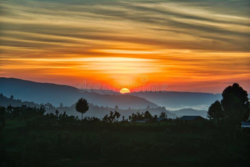 Lever de soleil dramatique au-dessus des terres cultivables de l'Ouganda avec les nuages de matin et le ciel coloré posé photo stock