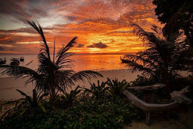 Lever de soleil dramatique dans la mer d'Andaman, Thaïlande - paradis tropical photographie stock libre de droits