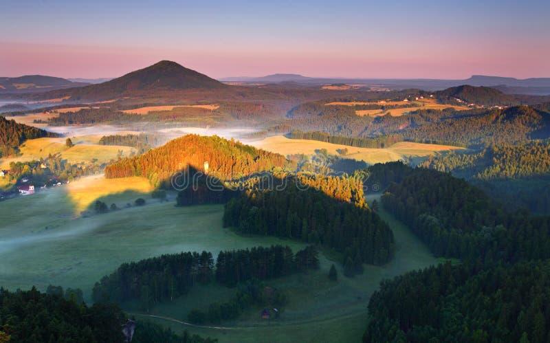 Lever de soleil en belle montagne de la Saxe photographie stock libre de droits