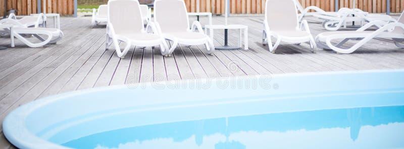Lever de soleil en bois de ciel de piscine d'hôtel de parapluie de canapé du soleil de station de vacances d'océan de mer de plag image libre de droits
