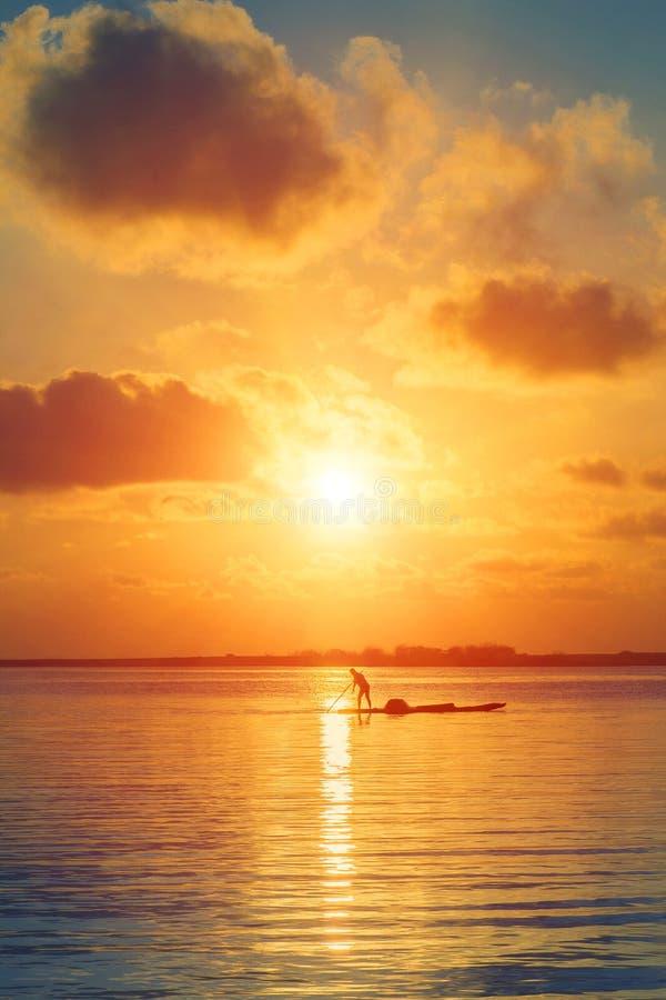 Lever de soleil en mer image stock