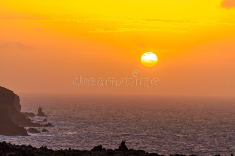 Lever de soleil en mer dans l'Océan Atlantique sur l'île de la Madère image libre de droits