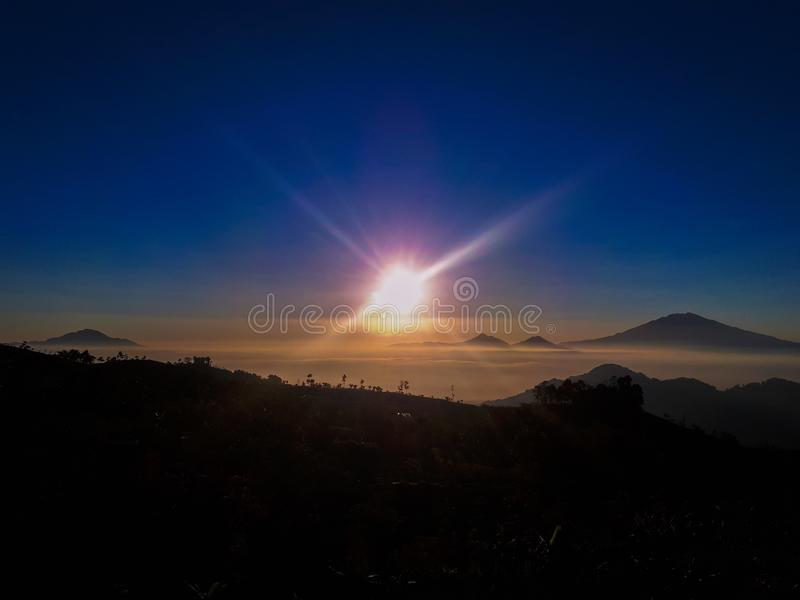 Lever de soleil en montagne images stock