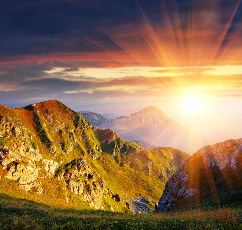 Lever de soleil en montagnes photographie stock