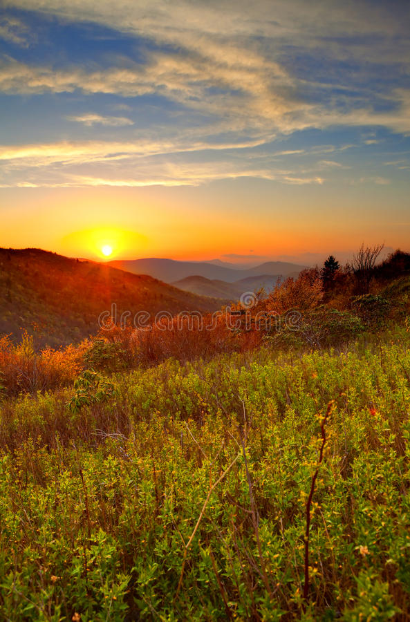 Lever de soleil en montagnes images stock