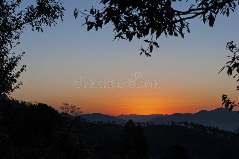 Lever de soleil en montagnes images libres de droits