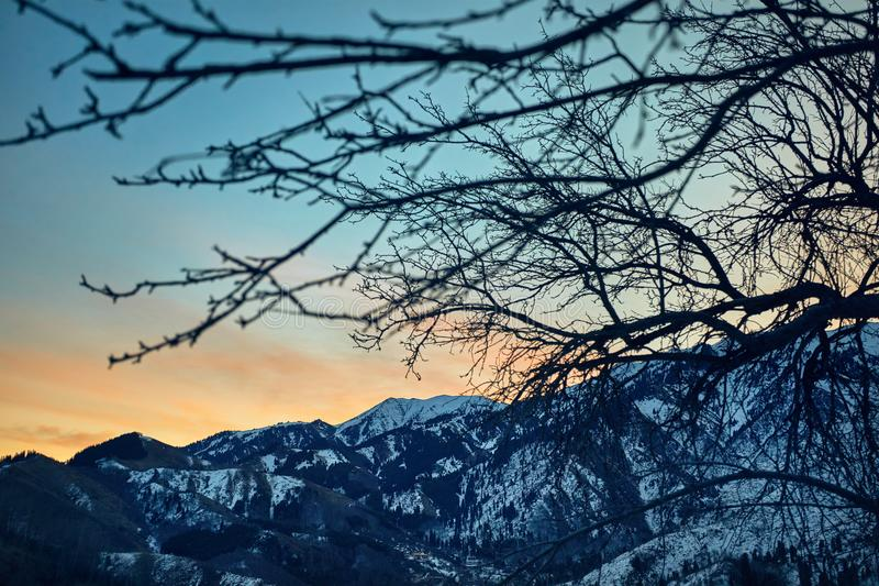 Lever de soleil en montagnes neigeuses photo stock