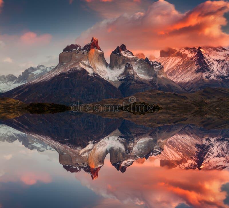 Lever de soleil en montagnes de parc national de Torres del Paine, de lac Pehoe et de Cuernos, Patagonia, Chili image stock