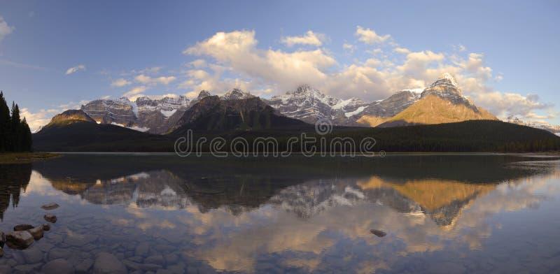Lever de soleil en montagnes rocheuses canadiennes photo stock