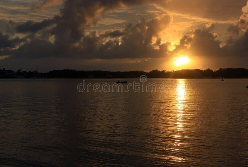 Lever de soleil entre les nuages photographie stock libre de droits