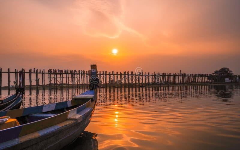 Lever de soleil et coucher du soleil au pont Amarapura, Mandalay, Myanmar de bein d'U photos libres de droits