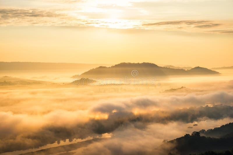 Lever de soleil et la brume dans le matin d'hiver images stock