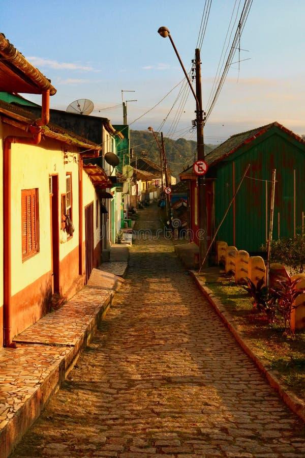 Lever de soleil et le village photo stock