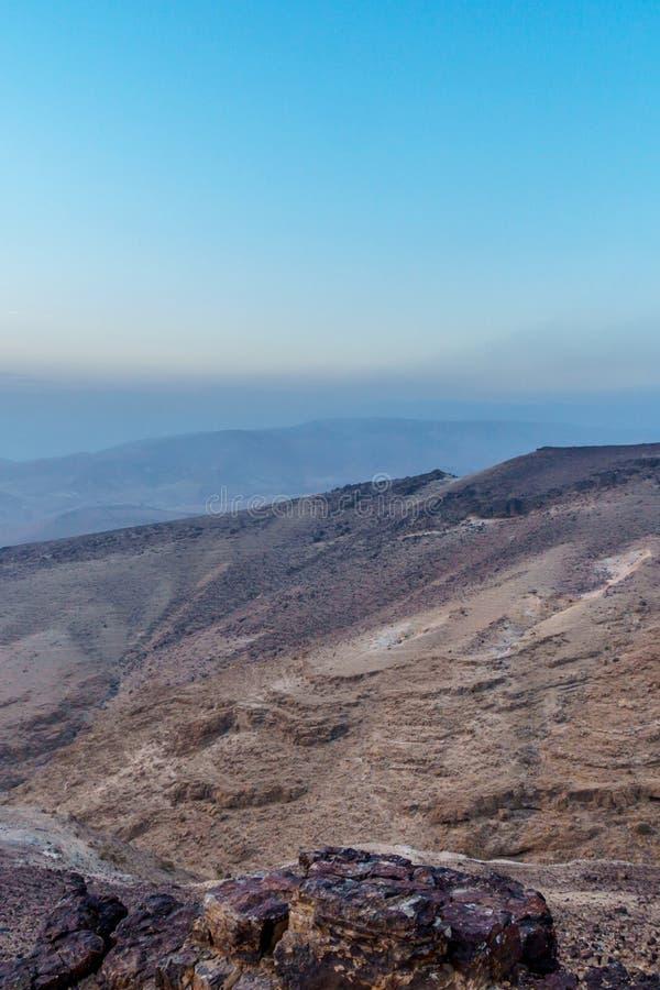 Lever de soleil et nature magiques de matin de photo verticale le beaux naissent dans le désert judean en Israël photo stock
