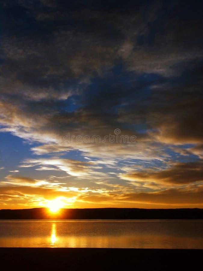 Lever de soleil et nuages sur un lac photographie stock