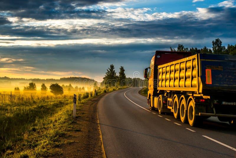 Lever de soleil et route goudronnée, photo libre de droits