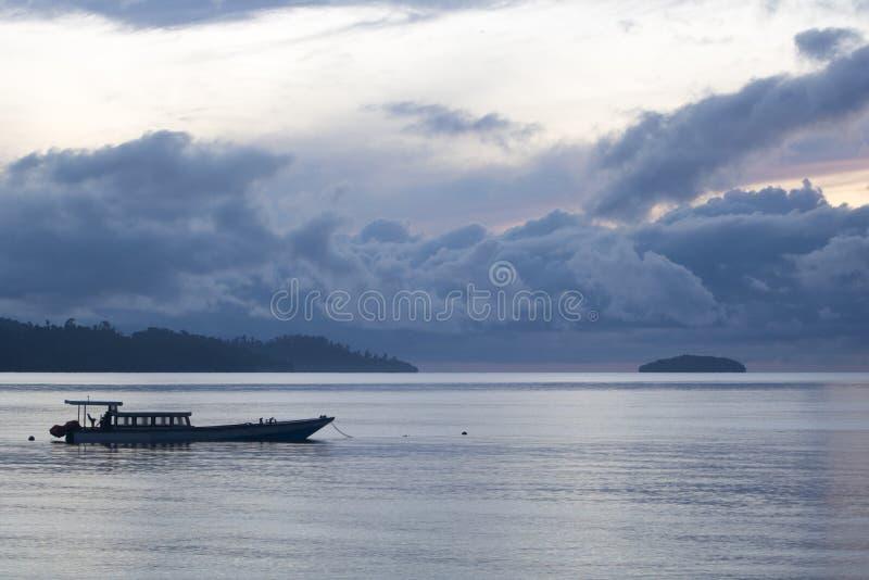 Lever de soleil exotique typique dans l'archipel d'ampat de rajah photo libre de droits