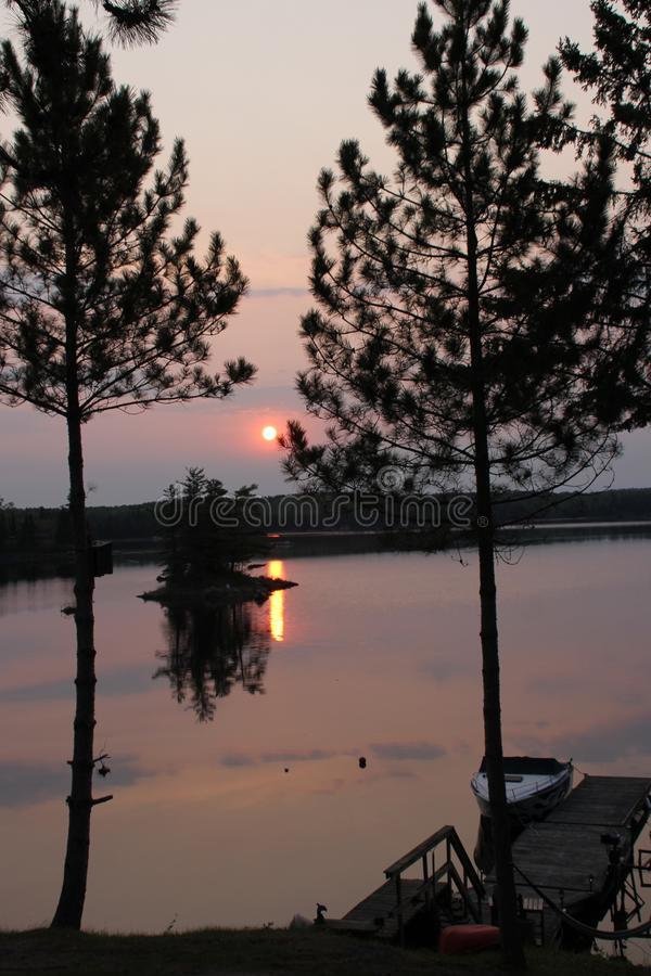 Lever de soleil flou au-dessus de réflexion de lac photos libres de droits