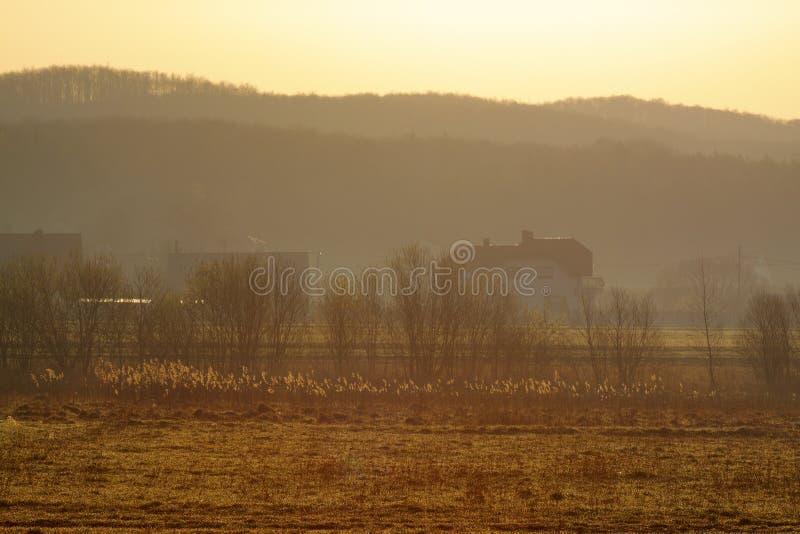 Lever de soleil flou chaud au-dessus de village image stock
