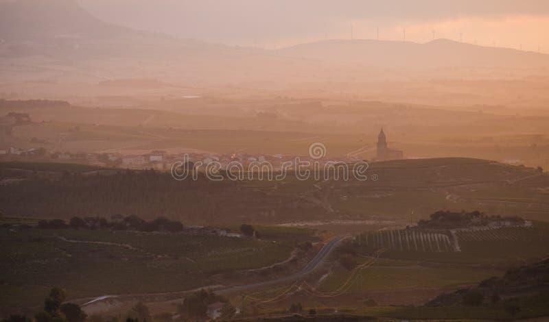 Lever de soleil flou dans Rioja avec l'église photos libres de droits