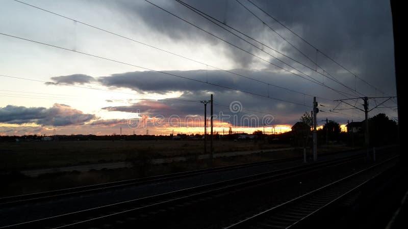 Lever de soleil gardé par des nuages images libres de droits