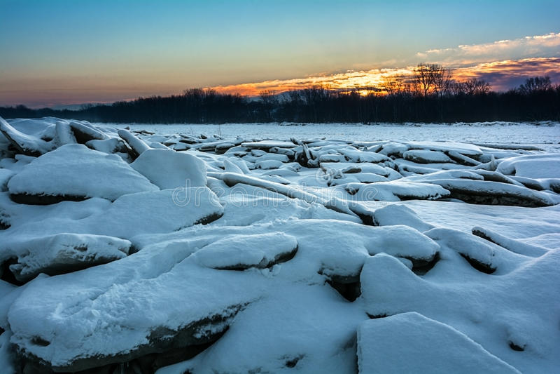 Lever de soleil gelé de rivière photos stock