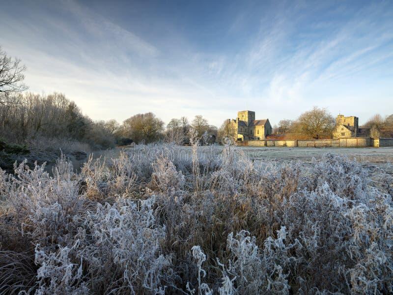 Lever de soleil givré d'hiver avec une vue de gelée d'hôpital de croix de St, Winchester, Hampshire, R-U images libres de droits