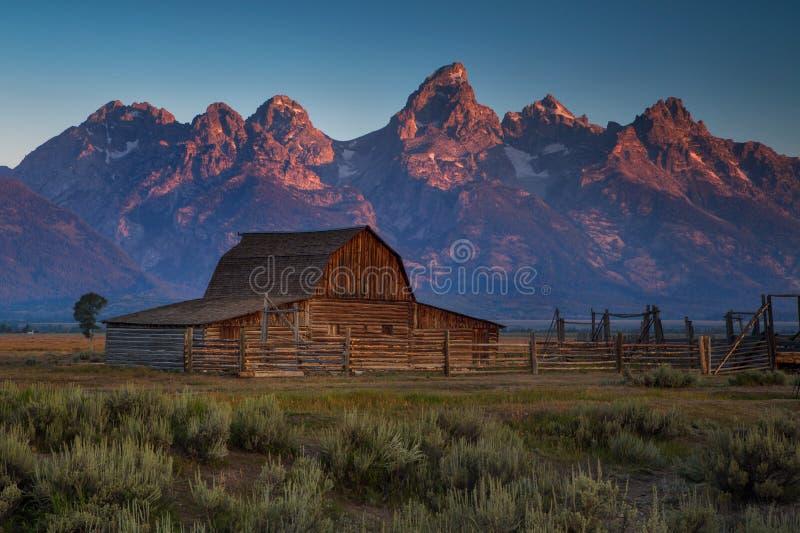Lever de soleil de grange de Moulton en parc national grand de Teton, Wyomin images stock