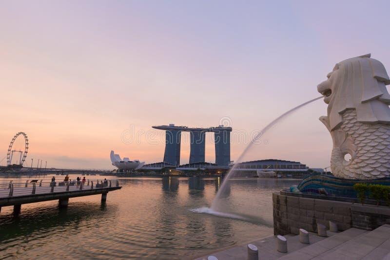 Lever de soleil horizon de Merlion et de Singapour à ville avec l'insecte de Singapour photographie stock