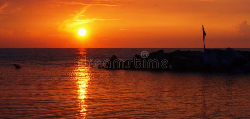 lever de soleil de la Mer Noire Lever de soleil sur la Mer Noire avec de beaux nuages colorés photographie stock libre de droits
