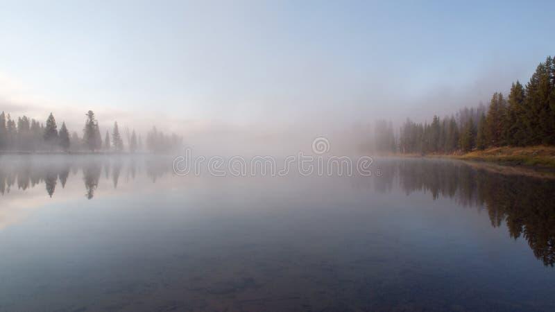 Lever de soleil la rivière Yellowstone, Yellowstone NP, Etats-Unis image libre de droits