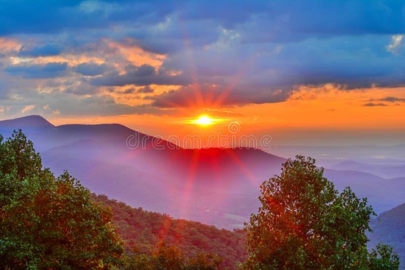 Lever de soleil lumineux dans les montagnes images stock