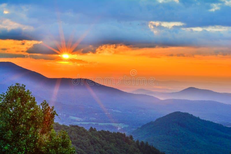 Lever de soleil lumineux de début de la matinée sur Ridge Parkwy bleu photographie stock libre de droits