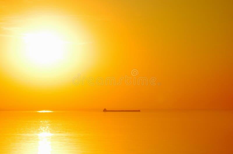 Lever de soleil lumineux de lac photographie stock libre de droits