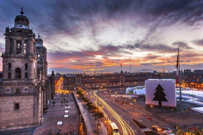 Lever de soleil métropolitain de Noël de Zocalo Mexico Mexique de cathédrale photographie stock